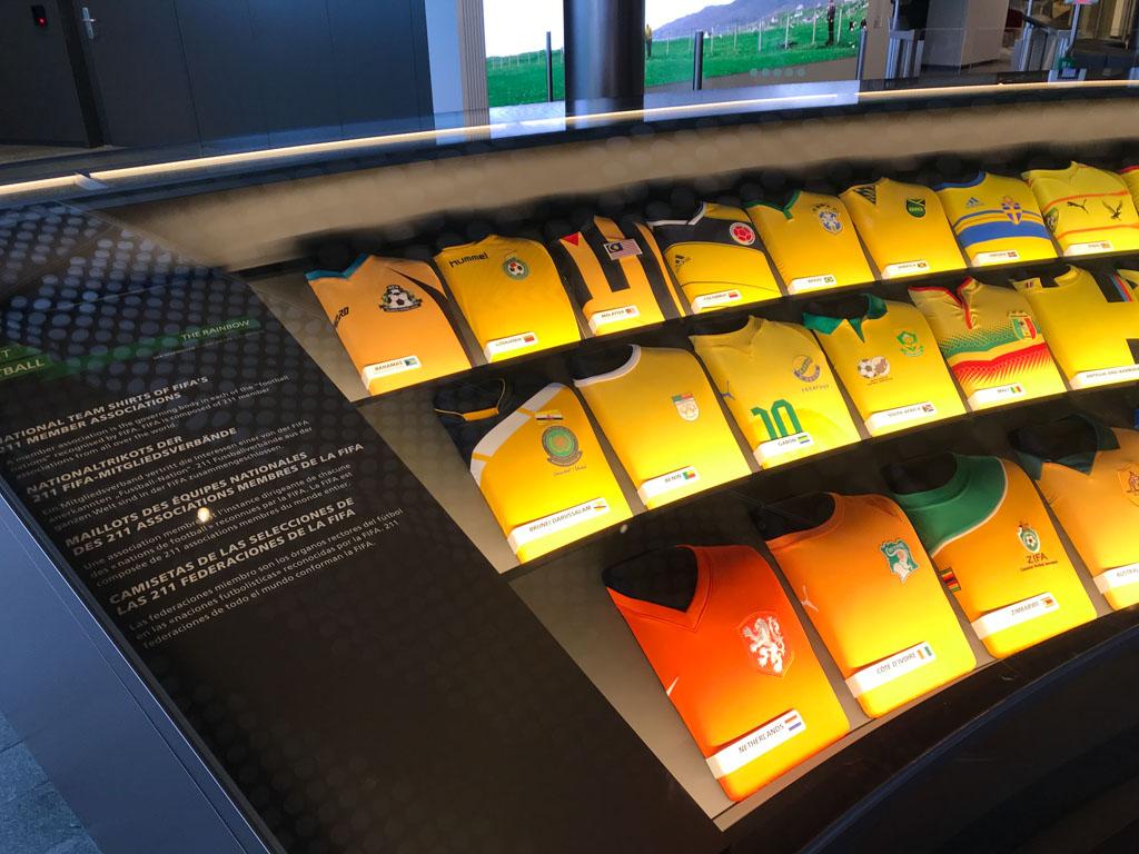 Voetbalshirts in alle kleuren van de regenboog. Heb jij Nederland al gespot?