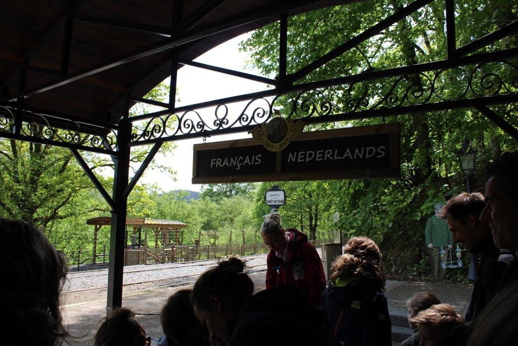 Er zijn Nederlandstalige en Franstalige rondleidingen. Let even op de bordjes in welke rij je gaat staan.