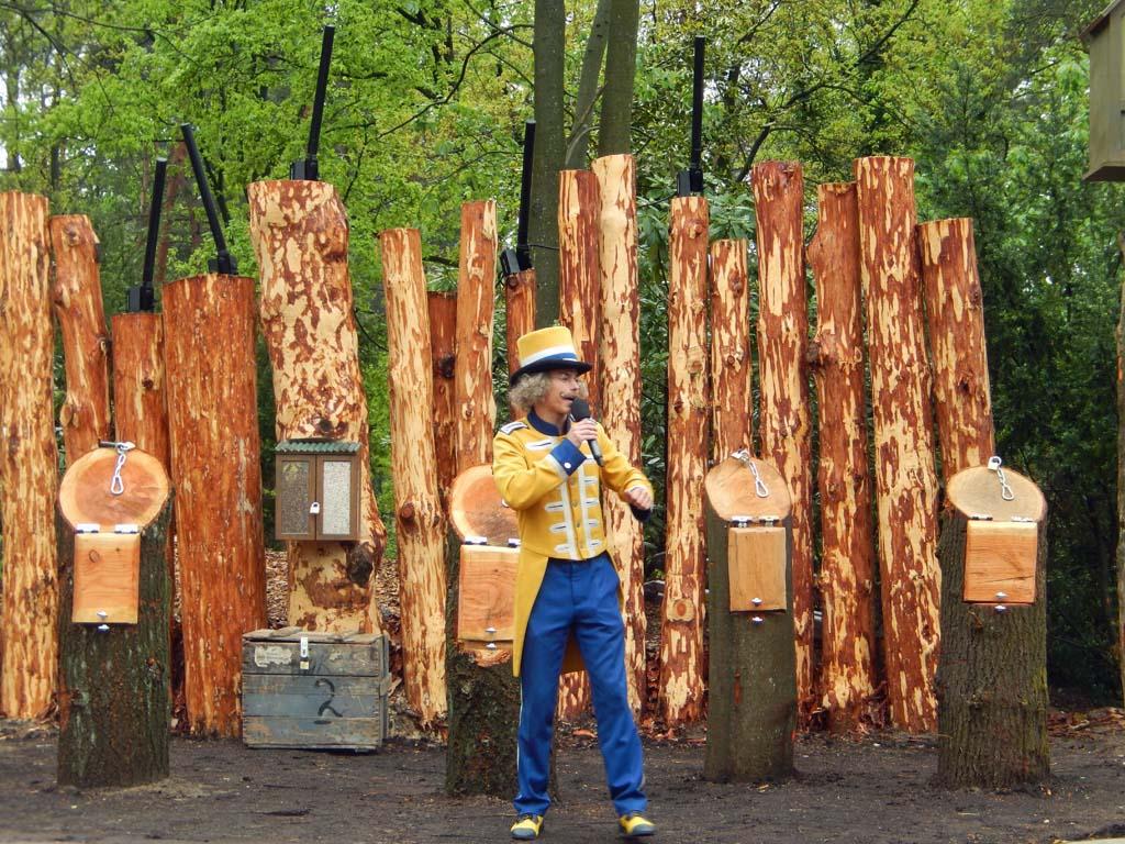 Meneer Kaasschaaf heet alle kinderen welkom bij de eerste show van Cas de Ranger