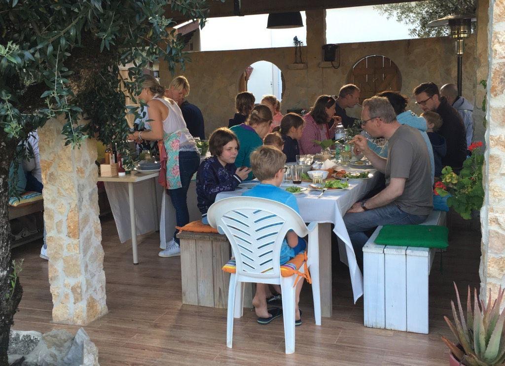 Alles gasten van Casa Cantiga verzamelen voor de wekelijkse pizza-avond