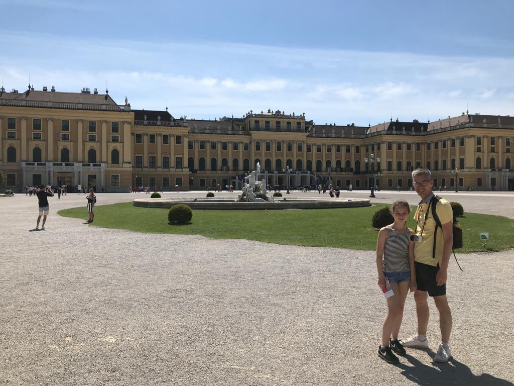 Schloss Schönbrunn is indrukwekkend groot.