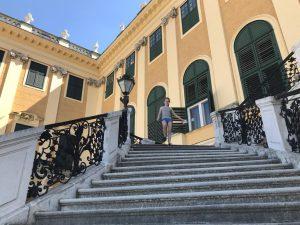 Je zal deze trappen maar af moeten met zo'n grote lange jurk...