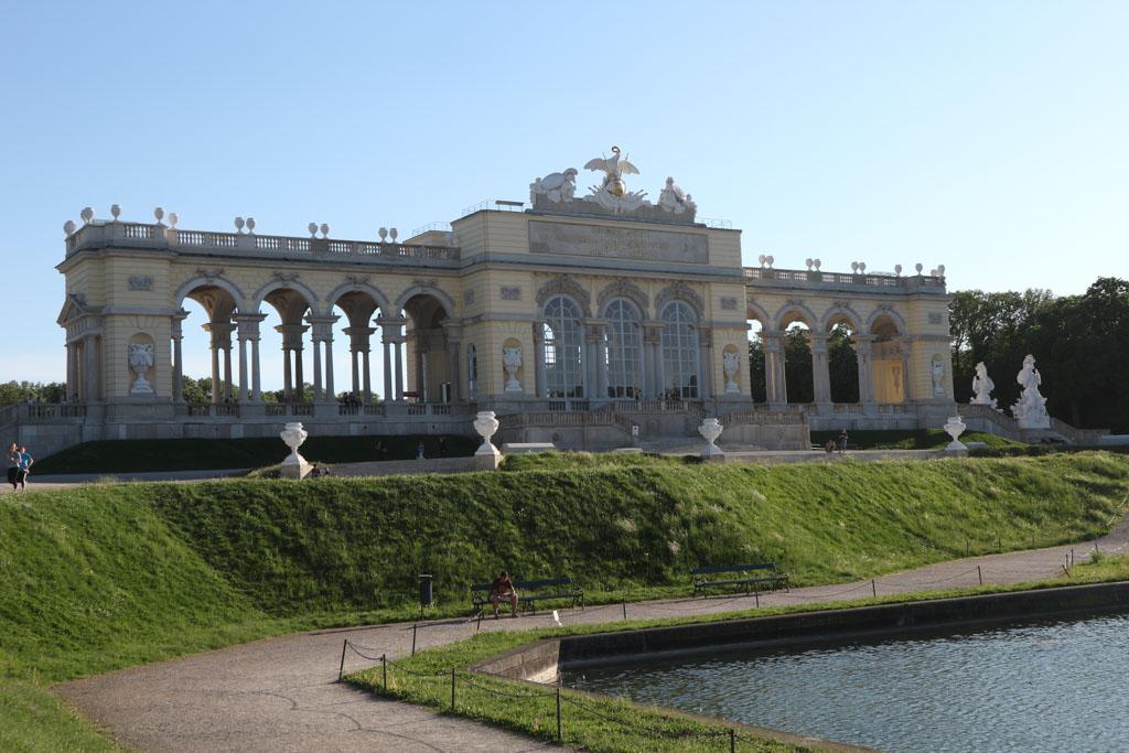 Gloriette ligt achter in de tuin van Schloss Schönbrunn.