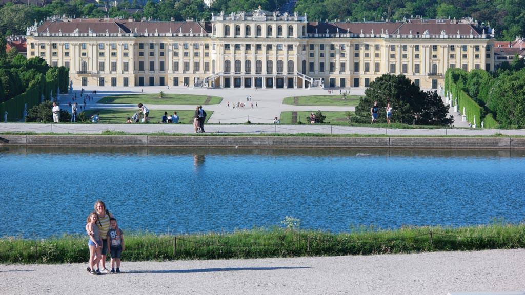 Uitzicht bij Gloriette op de tuinen en het paleis.