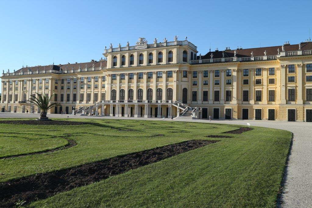 Ook aan de achterkant is Schoönbrunn indrukwekkend groot.