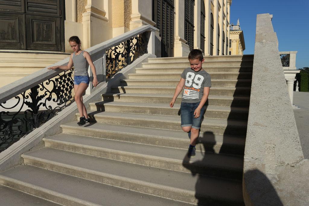Spelen op de trappen.