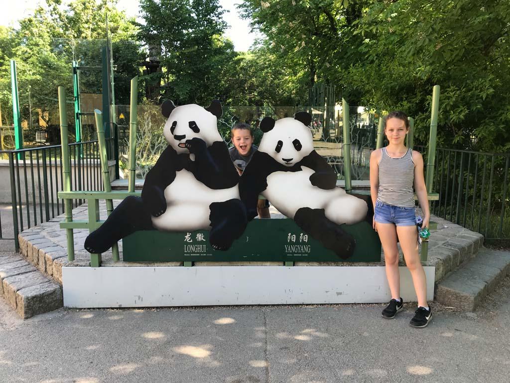 Even op de foto met de nep panda's.
