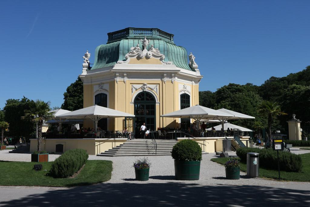 Het theehuis dat het middelpunt vormt van het oudste gedeelte van de zoo.