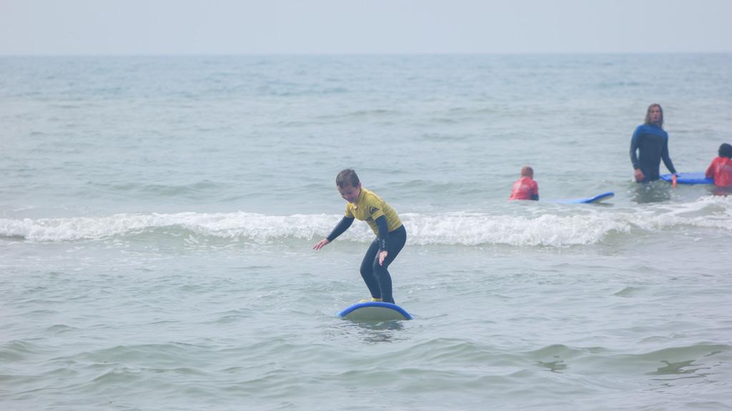 Na een paar dagen surfles blijft hij lang op zijn board staan.