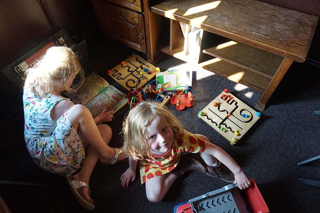 De kinderen vermaken zich in het speelhoekje van restaurant 't Zwaantje