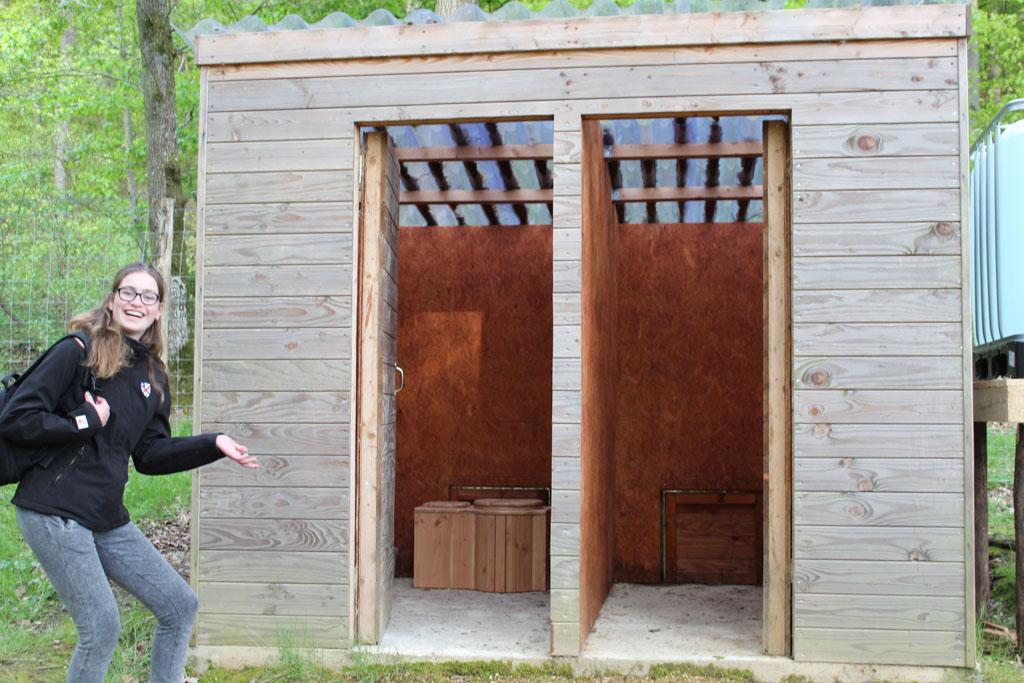 Het toiletgebouw met een 'droge' wc: geen water maar zaagsel.