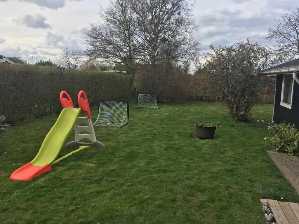 Het speelgedeelte van de tuin rondom het huis.