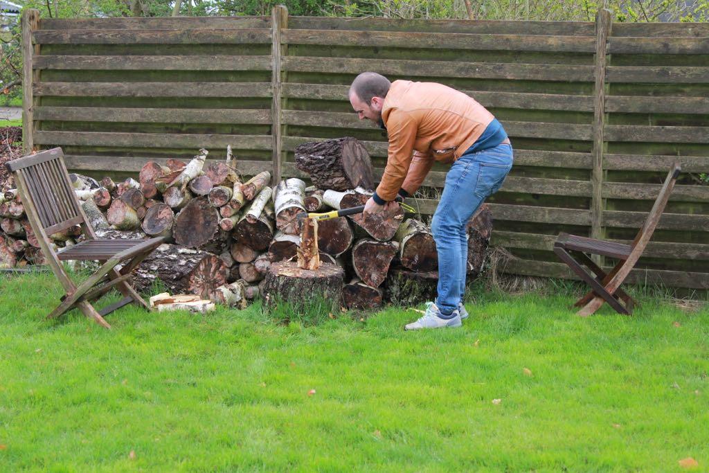 Hout hakken in de tuin van ons vakantiehuis in Oost-Jutland