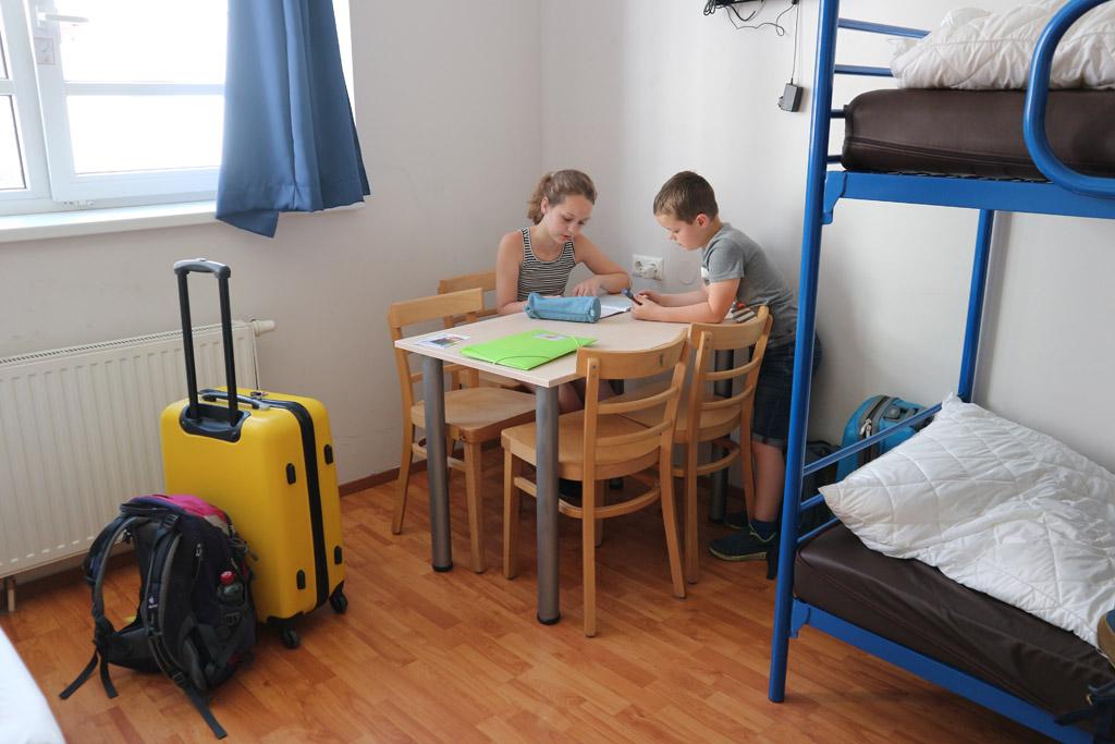 Vierpersoonskamer in het A&O Hotel. De kamers bij het Meininger Hotel zijn vergelijkbaar.