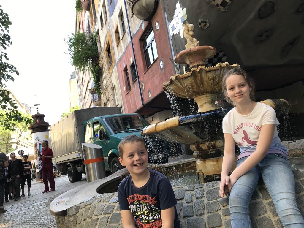 Zij hebben lol bij de fontein.