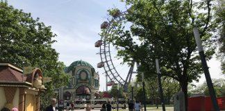 We zien het bekende reuzenrad van het Prater al achter de bomen staan.