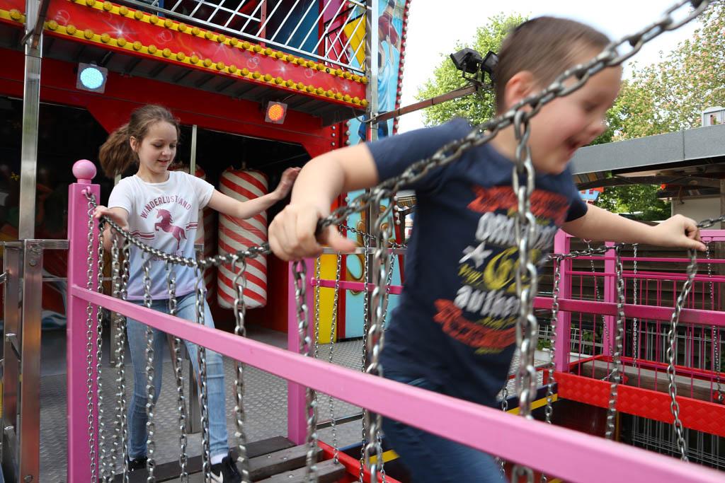 De kinderen mogen beide een attractie kiezen, de keuze valt op een heel groot Fun House.