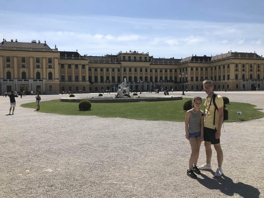 Op het grote plein voor Schloss Schöbrunn.