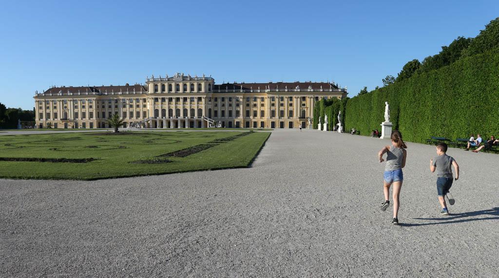 Rennen door de tuin aan de achterkant van het paleis.