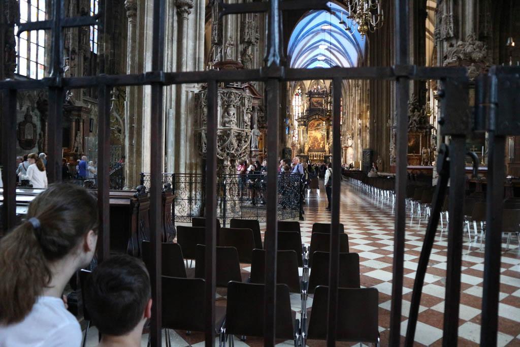 De kerk is van binnen ook mooi.