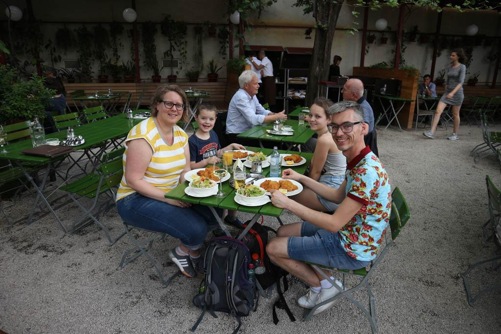 Aan de Wiener Schnitzel bij Glacis Beisl, achter het Museum Quartier.