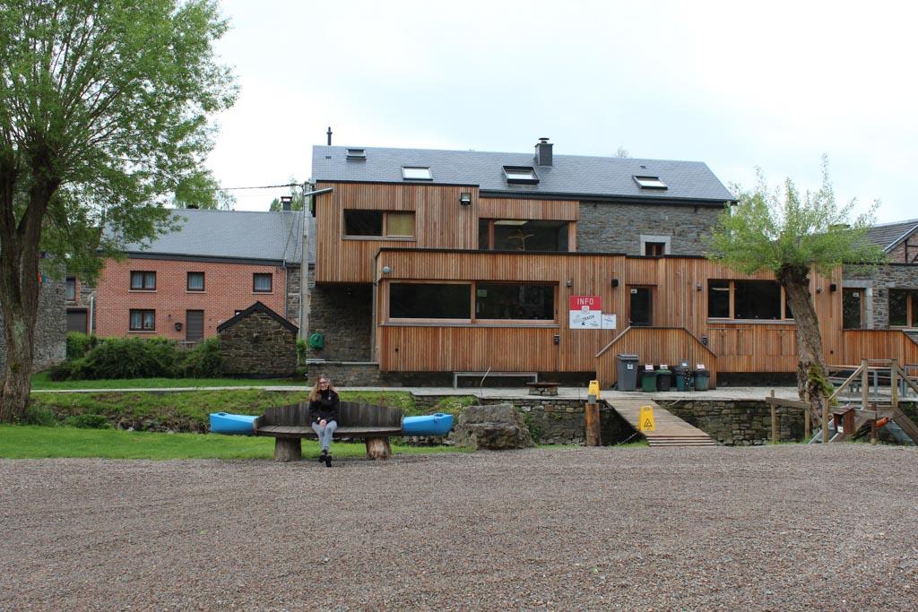 Het hoofdgebouw van Wildtrails aan de oever van de Ourthe. Met naast een receptie de River&Breakfast.