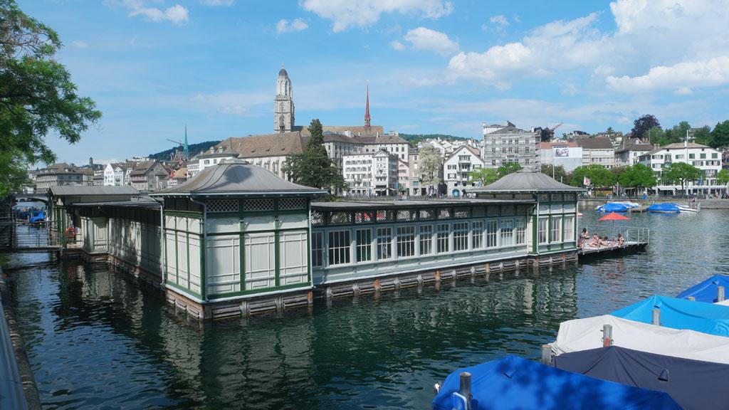 Zin om af te koelen? Dit zwembad ligt middenin het centrum van Zürich.