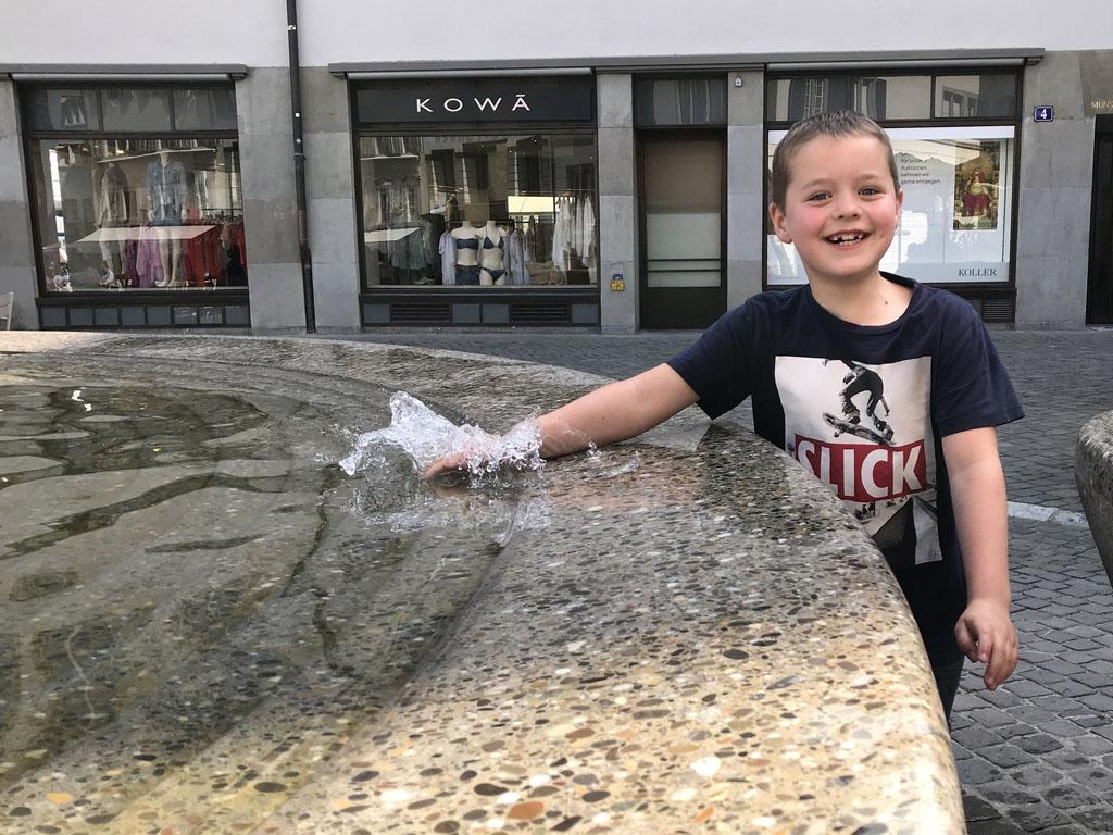 Spelen met water, altijd leuk tijdens een stedentrip in Zürich met kinderen.