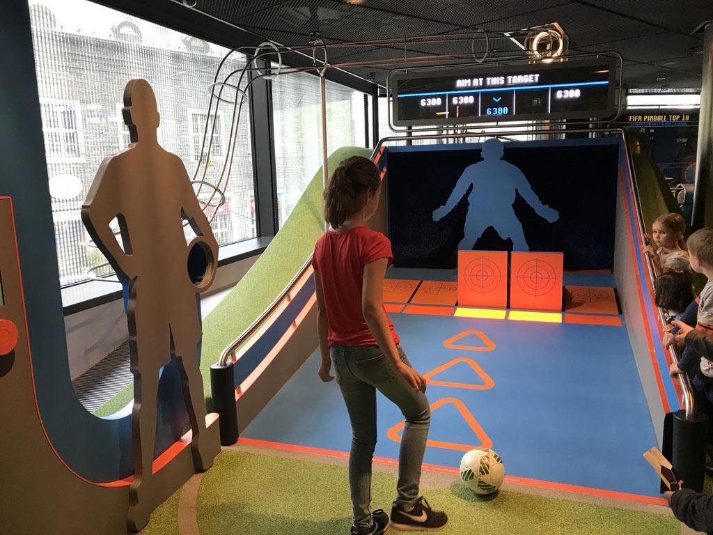Op de bovenste verdieping kunnen bezoekers zelf voetballen.