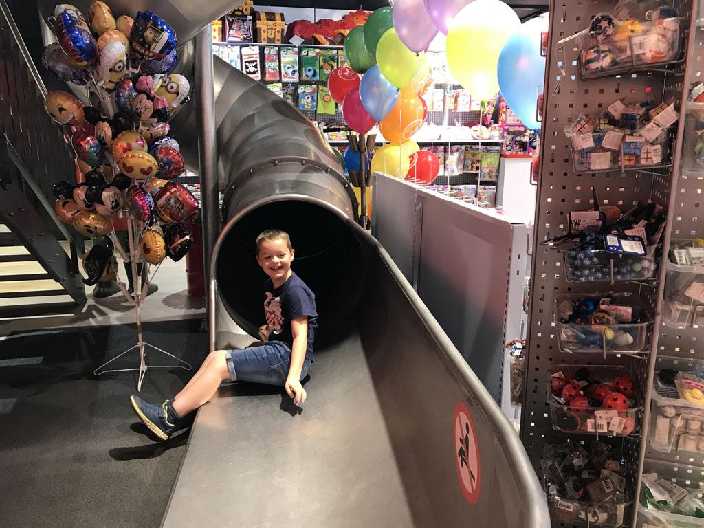 Lol op de glijbaan in de speelgoedwinkel tegenover het station.
