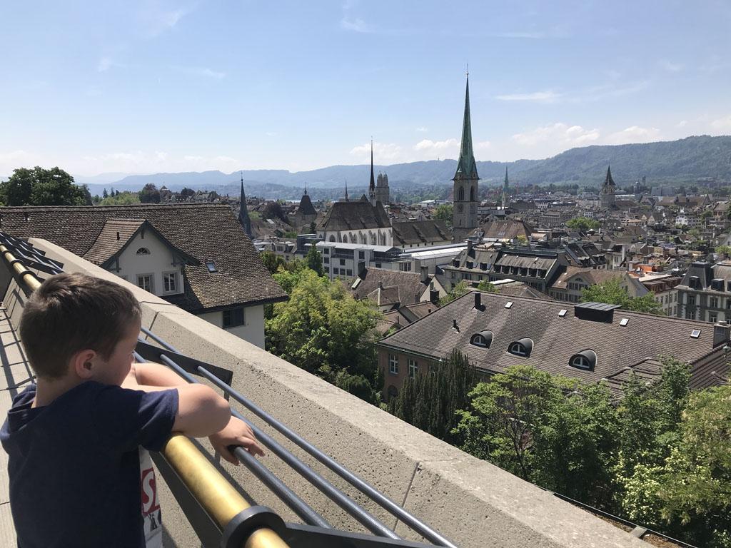 De stad met op de achtergrond de bergen.