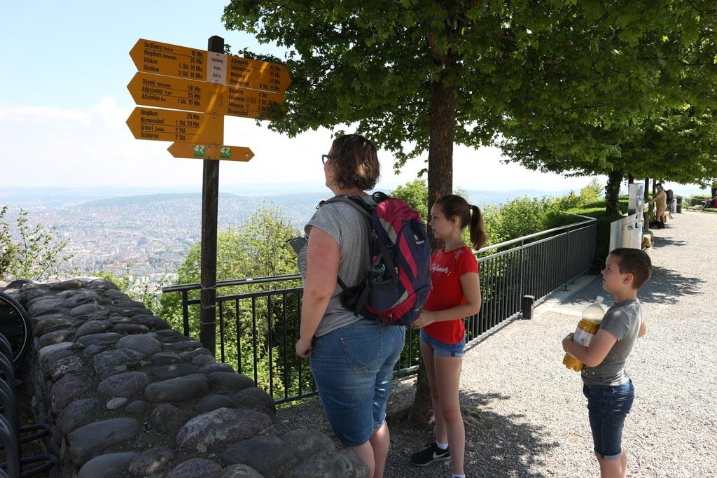 Vanaf de Uetliberg zijn er verschillende wandelmogelijkheden.