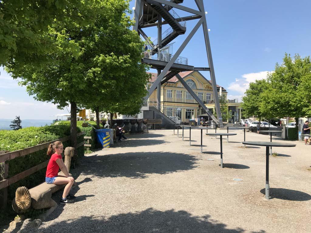 Op de Uetliberg is een uitkijktoren en een restaurant.
