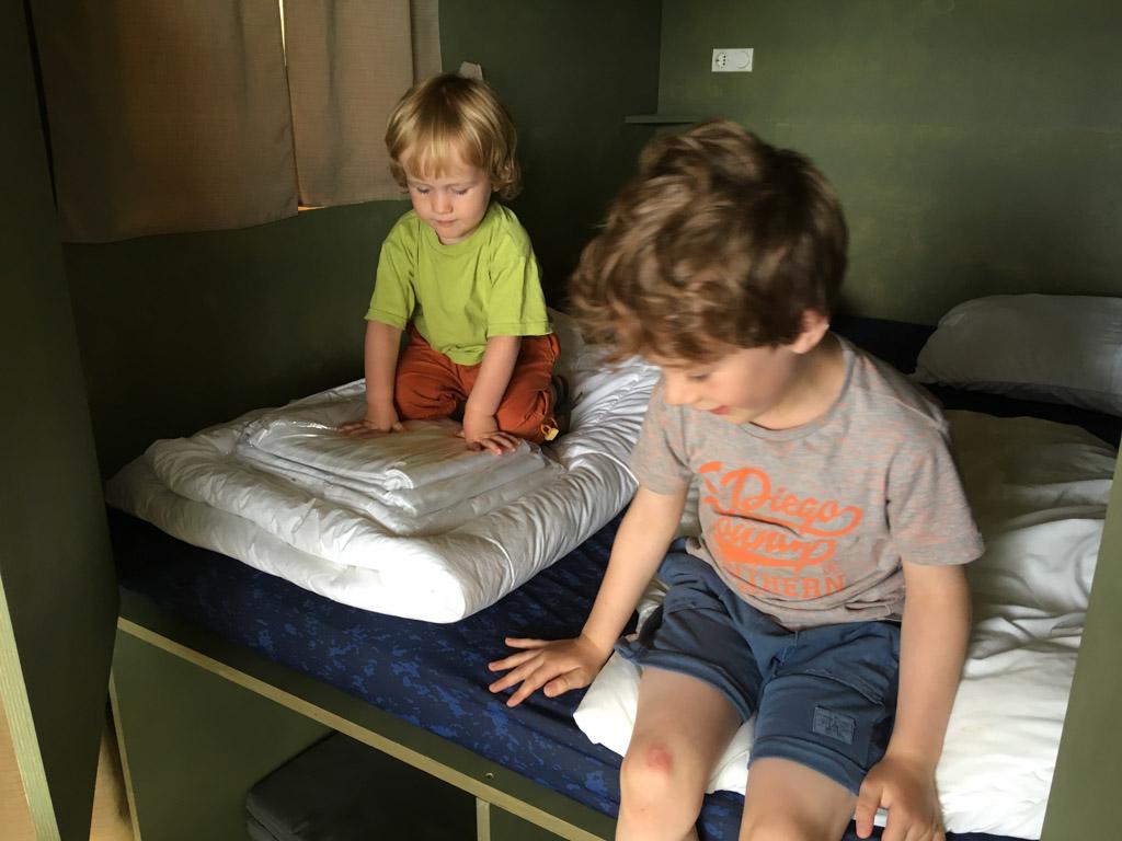 De bedstee is goedgekeurd door de kinderen.