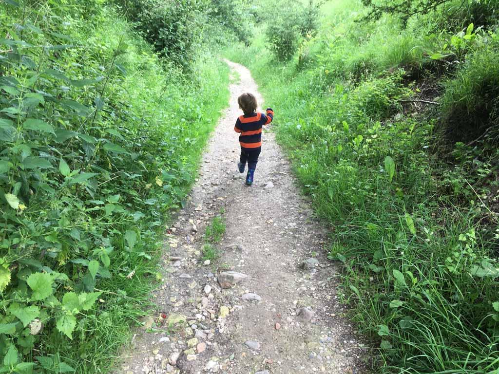 Huppelend de berg af, op weg naar het dorp.