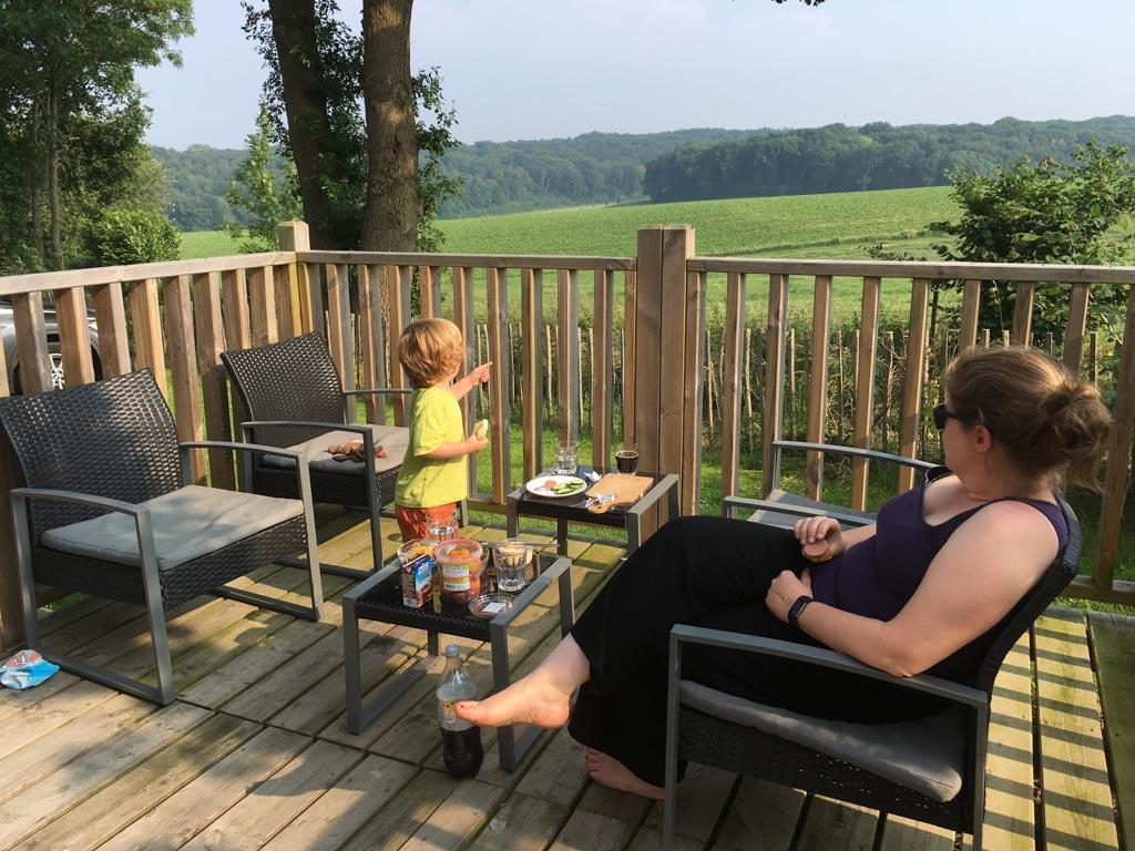 Bij mooi weer speelt het leven zich af op de heerlijke veranda, met al even heerlijk uitzicht.