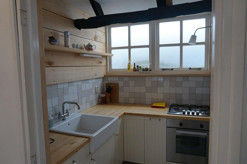 Een klein maar heel fijn keukentje voor als je graag zelf wil koken