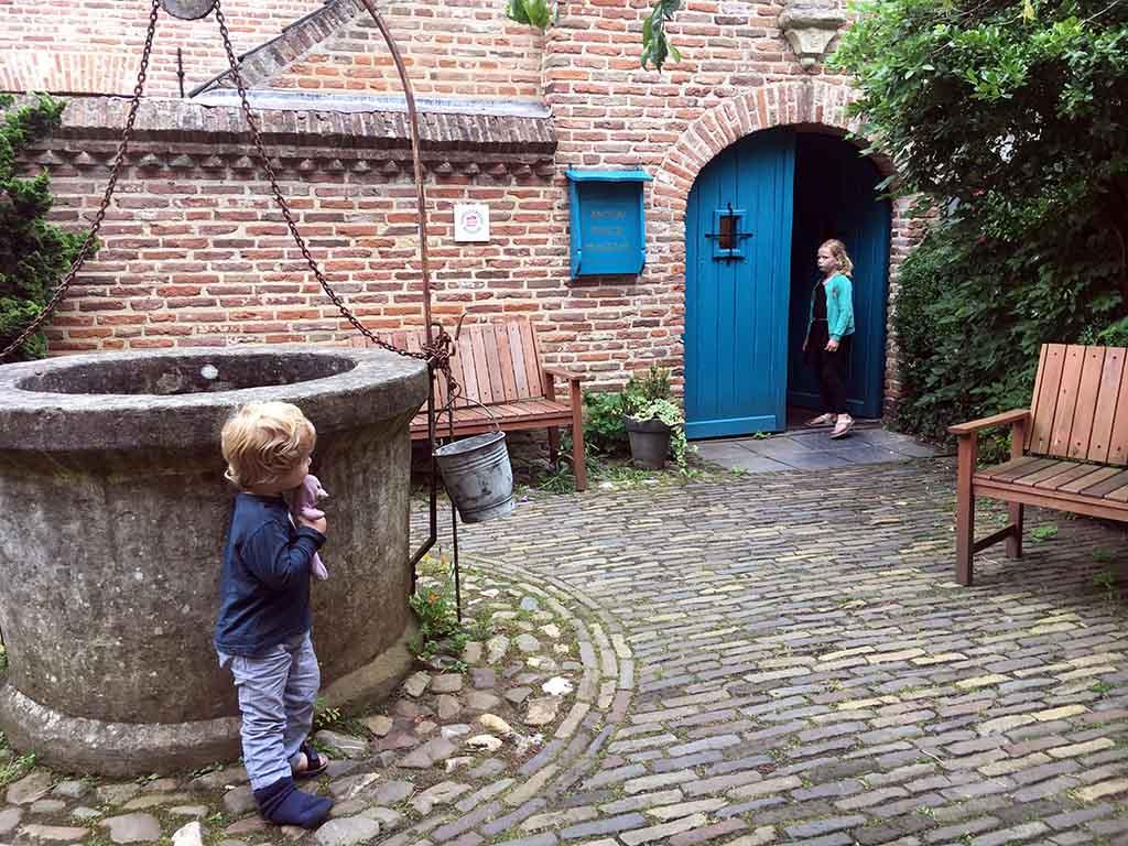Via een binnenpleintje betreden we het Anton Pieckmuseum