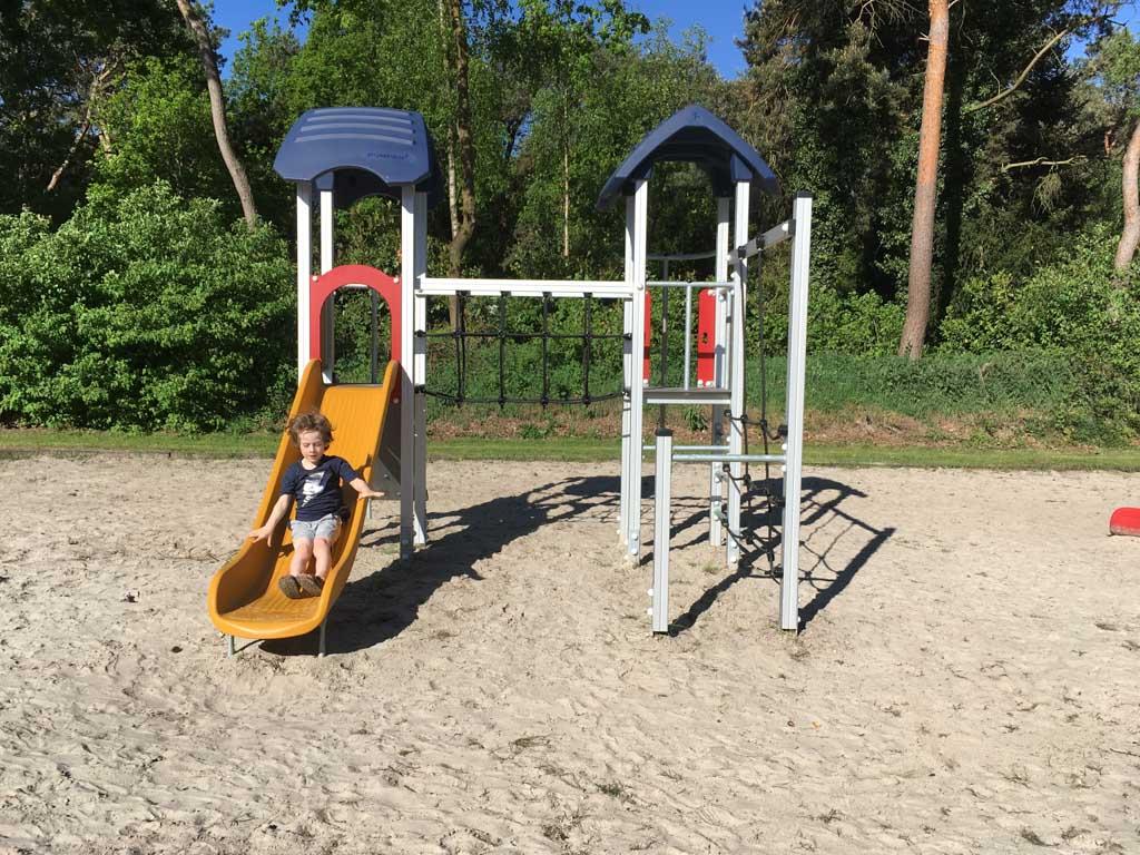 Aan speeltoestellen geen gebrek op Vakantiecentrum De Ullingse Bergen.