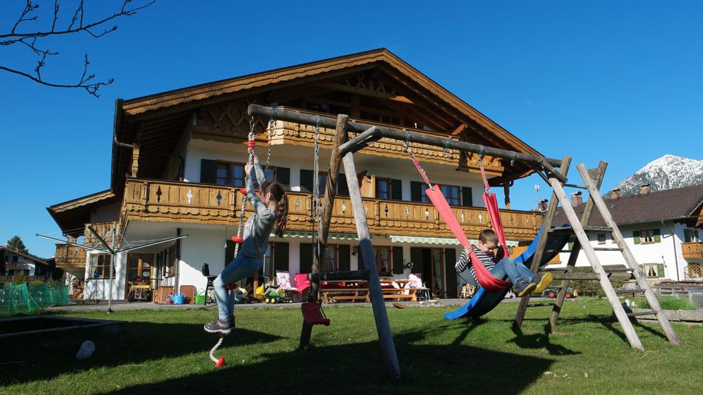 Hoe Duits wil je het hebben? Heerlijk buiten spelen met de Alpen op de achtergrond.