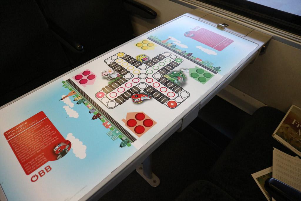 Hoe cool zijn deze tafels in de trein! Neem wat pionnen en dobbelstenen mee.