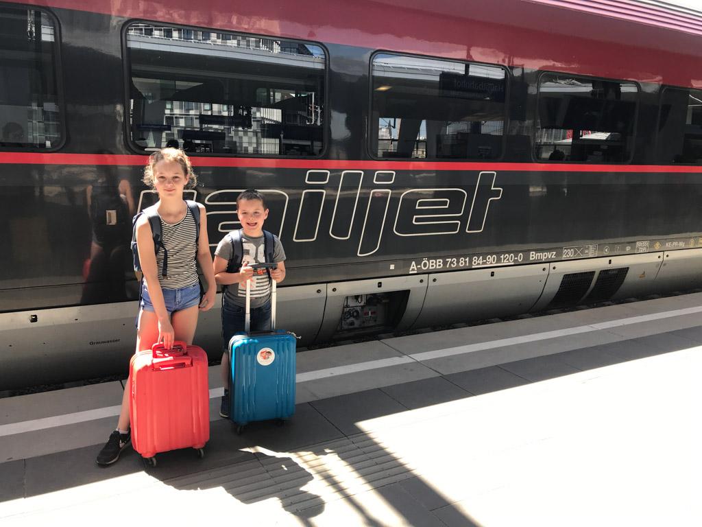 Trots dat ze hun eigen koffertje bij zich hebben.