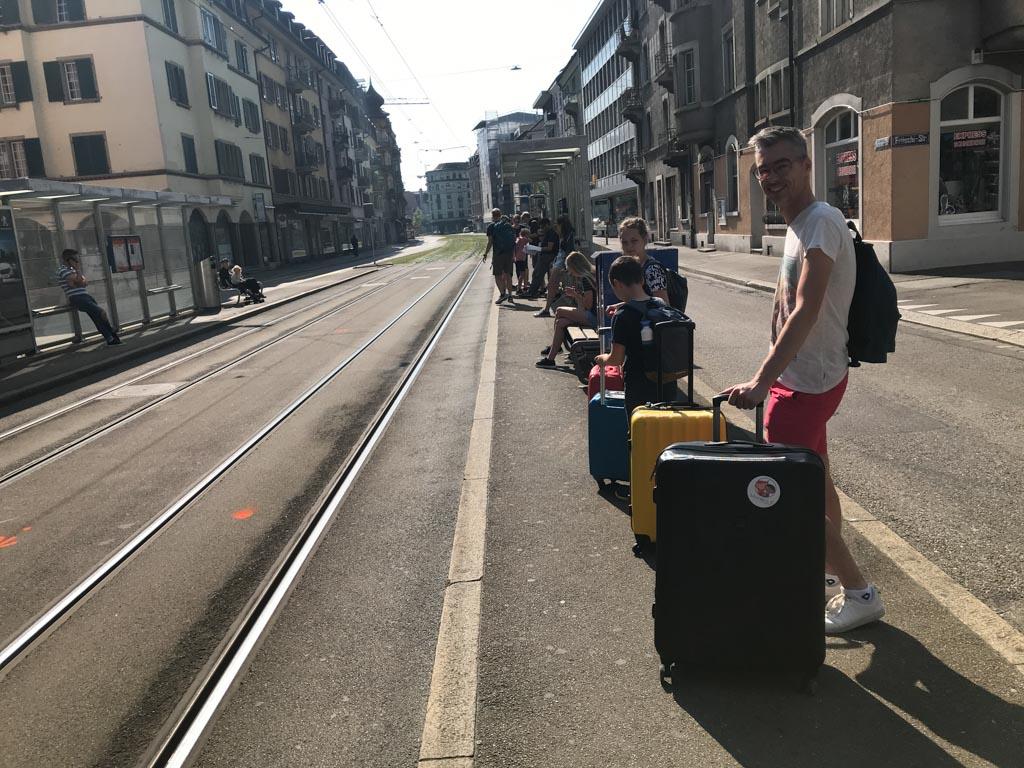 Op weg naar het station.