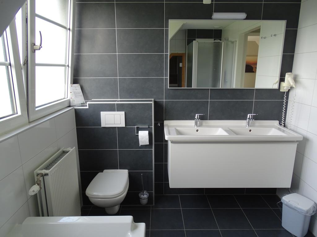 Ook is er een luxe en ruime badkamer met aparte douche en bad.