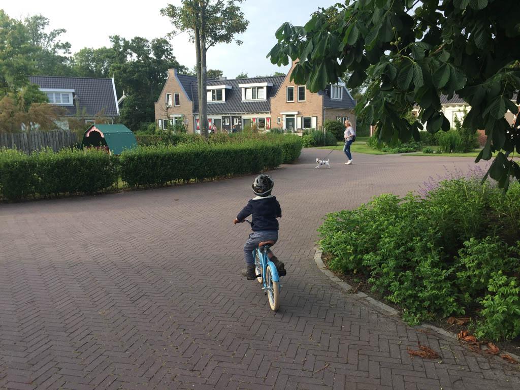 Ontelbaar veel rondjes fietsen op de 'racebaan'.