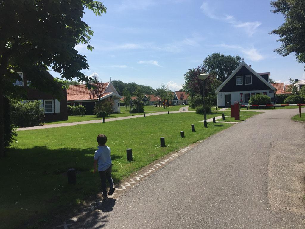 Mooie Zeeuwse bungalows en vooral veel ruimte om te spelen.