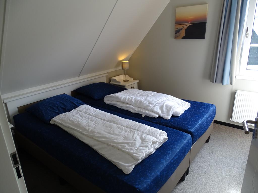 De slaapkamer is knus en heeft goede boxspringbedden.