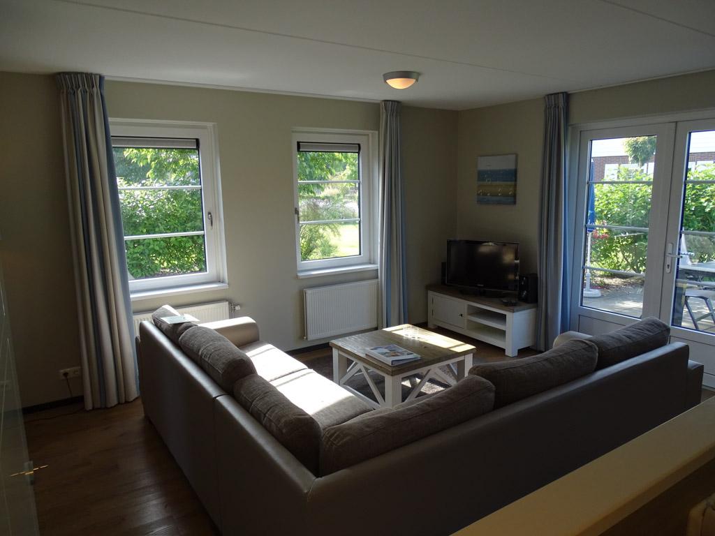 De woonkamer heeft een ruimte en gezellige zithoek.