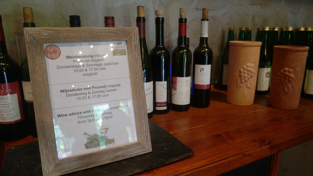 Er is lokale wijn te koop en er worden proeverijen georganiseerd.