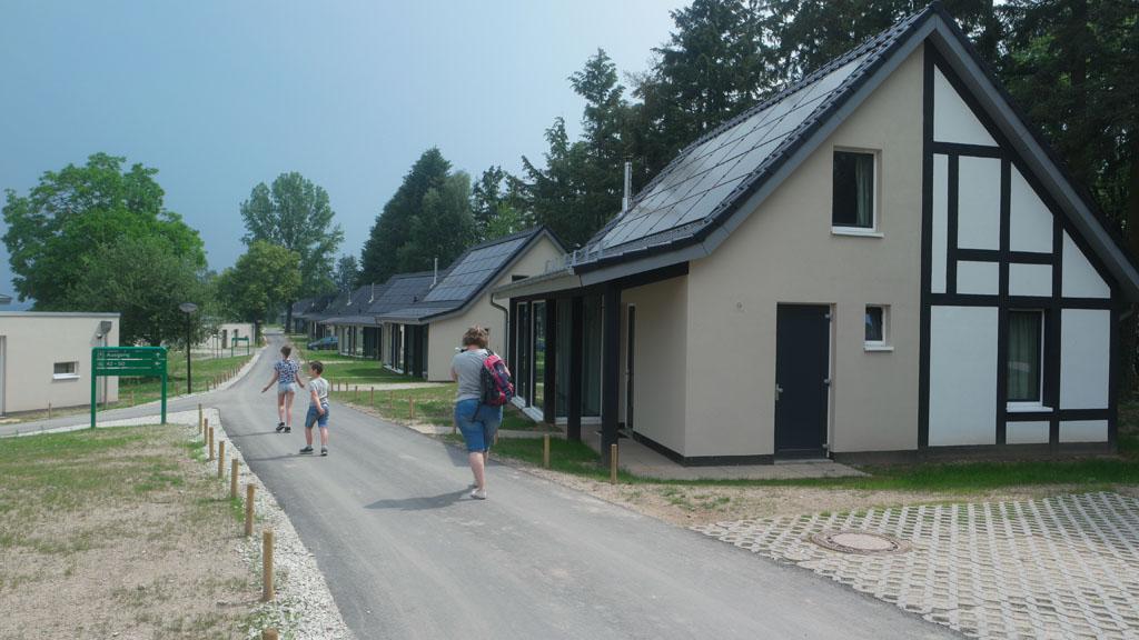 De energieneutrale vakantiehuisjes hebben zonnepanelen op het dak en een warmtepomp.